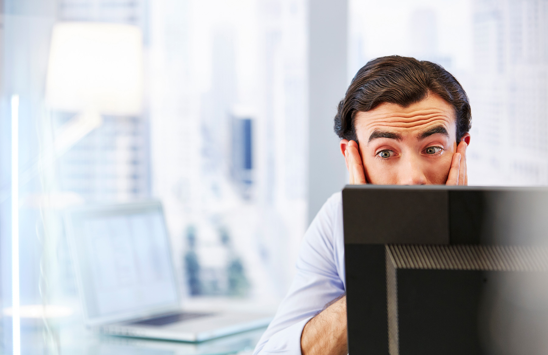 Überraschter Mann am PC