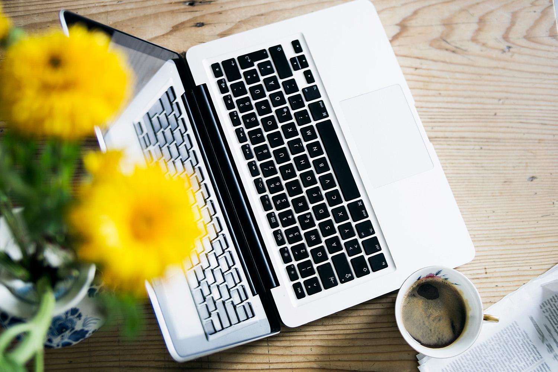 Laptop und gelbe Blume