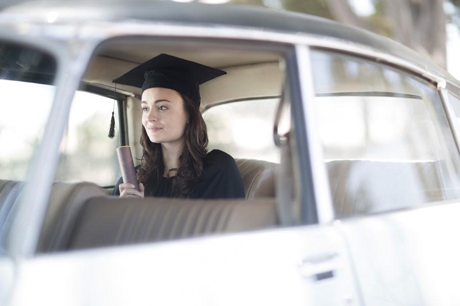 Absolventin im Auto